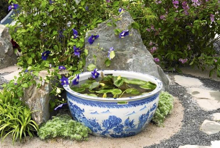 Ceramiczna misa nie tylko sama w sobie jest dekoracyjnym detalem - latem można w niej również hodować rośliny wodne, np. miniaturowe odmiany nanufarów