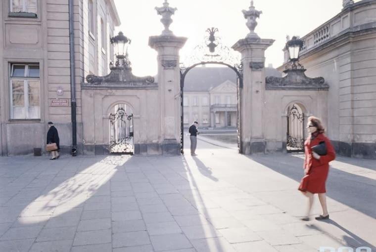 Pałac Potockich przy ulicy Krakowskie Przedmieście w Warszawie (lata 1960 - 1965). Jedna z bram pałacu.