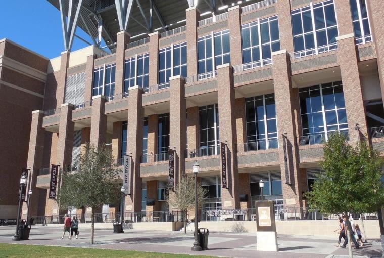 Kyle Field, College Station - USA (V nagroda w głosowaniu internautów) Wykładowca ogrodnictwa za własne pieniądze kupił krytą trybunę i ustawił ją na zarządzanych przez siebie terenach. Władze uczelni, które początkowo nie chciały budować własnego stadionu zgodziły się na pozostanie trybuny, a z czasem same zaczęły inwestować w rozwój obiektu przekształcając go w profesjonalny stadion.