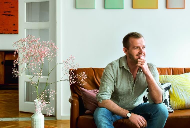 Monochromatyczne płótna Aleksandry Jachtomy prowadzą kolorystyczny dialog z zawieszonym w sypialni obrazem Antoniego Starowieyskiego.