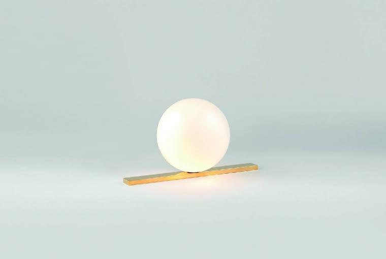 Get set: Michael Anastassiades specjalizuje się wprojektowaniu oświetlenia. Jego lampy można łatwo rozpoznać. Ulubiony kształt? Kula wróżnych wariacjach. Get Set to klosz zdmuchanego szkła opalowego osadzony na podstawie zpolerowanego mosiądzu. Od ok. 3000 zł, Flos, flos.com