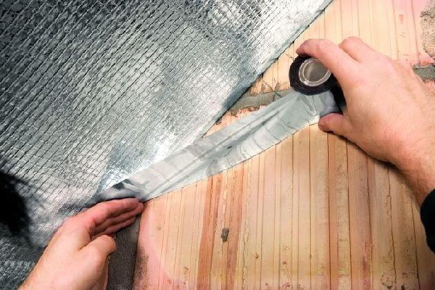 Starannie należy również uszczelnić styk paroizolacji przy ścianie