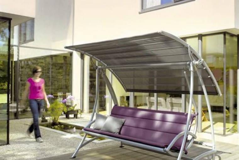 Zadaszona huśtawka ogrodowa z aluminium i tworzywa sztucznego. Znajdą w niej cień aż trzy osoby; 8400 zł