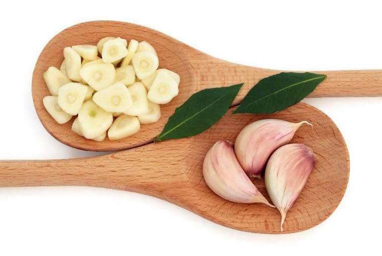 Wielu osobom czosnek pomaga leczyć się z przeziębienia. Jedzony regularnie, np. przez całą zimę - uodparnia