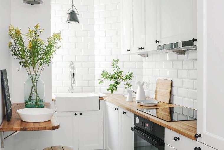 W tej malutkiej kuchni zmieścił się tylko niewielki blat-półka. Zamiast krzeseł wprowadzono zajmujące miej miejsca stołki.