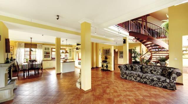 Pomieszczenia dzienne parteru - salon, jadalnia, kuchnia oraz hol - tworzą jedną przestrzeń, w której może się spotkać cała rodzina
