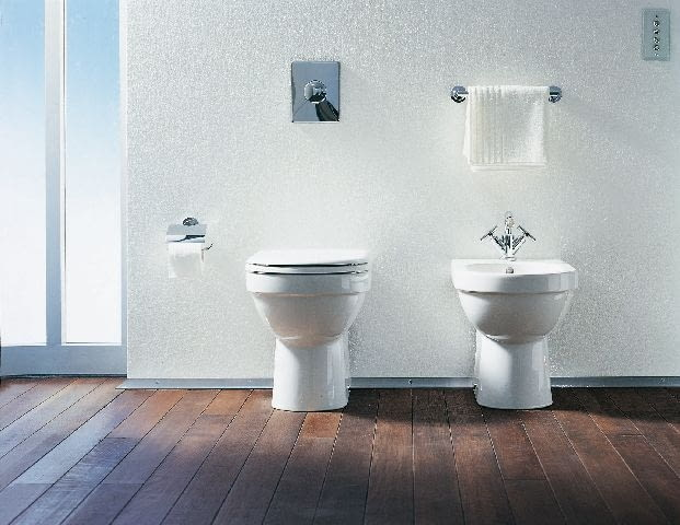 Bidet stojący przytwierdza się najczęściej do podłogi lub ściany za pomocą śrub.