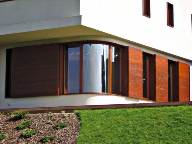 Okno z giętą szybą zespoloną, przeznaczone do montażu w narożniku domu, wymurowanym na planie łuku