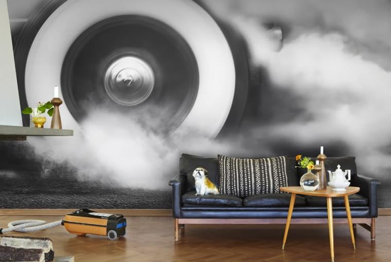 <B>Czym byłby XX wiek bez szaf grających, fliperów, pop artu? Projektanci potrafią zaskakiwać, wprowadzając do naszych wnętrz energetyczne kolory, ekspresyjne formy, ale też pastele, czy subtelne motywy kwiatowe, bo taki też jest pop art - różnorodny.</B> <BR />Burnout - make your tyres scream - fototapeta, 360 x 265, 1467 zł, Mr Perswall, homehome.pl