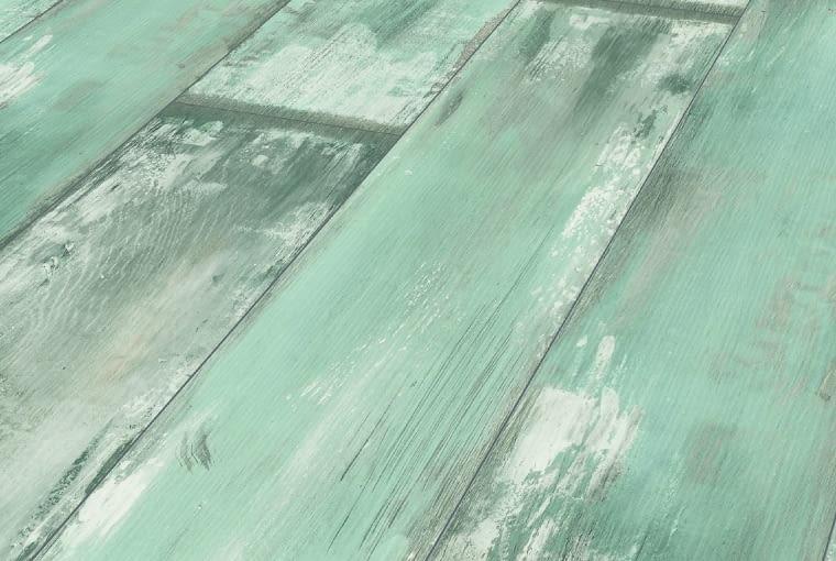 Dąb Reclaimed/Krono Original/Komfort Klasa ścieralności: AC4 klasa użyteczności: 32 czterostronna fuga nadają się na ogrzewanie podłogowe podłogę wyróżnia postarzany i surowy design. Cena: 54,99 zł/m2, www.komfort.pl