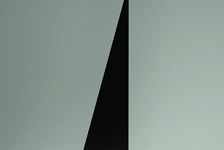 Bonhomme: Oto przykład, że przeciwieństwa lubią się przyciągać. Ta podłogowa lampa połączyła wsobie geometryczne kształty, ale ozupełnie odmiennych charakterach. Łagodna opływowa forma klosza zestawiona została zkanciastym kształtem ostrosłupowej podstawy. Ciekawostka: po przeciwnej stronie podstawa skrywa małe półki, można na nich ustawić na przykład płyty CD. Na zamówienie dostępna wneonowym żółcieniu. Ok. 5200 zł, Atelier Areti, atelierareti.com