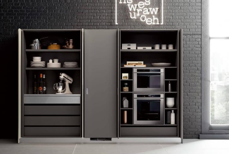 Takie niespodzianki kryją się za drzwiami kuchni Flux Swing z oferty Scavolini. Idealne rozwiązanie dla tych, którzy lubią czystą przestrzeń.