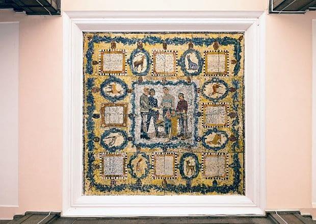 Barwne mozaiki zdobią kasetony stropów na krańcach podcieni dwóch bloków, stanowiących wschodnią i zachodnią pierzeję placu Konstytucji.