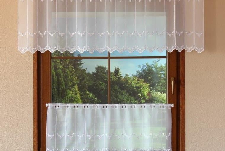 Okno z zazdrostką i lambrekinem