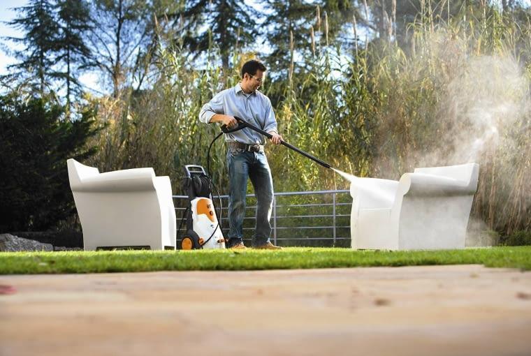 Białe meble ogrodowe