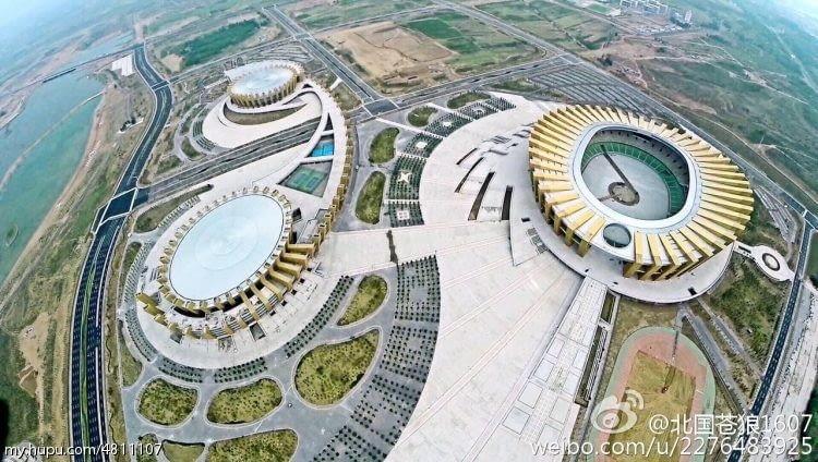 Ordos Sports Center Stadium, Ordos - Chiny (VII nagroda w głosowaniu jury) - To już trzeci wyróżniony chiński kompleks sportowy. Zlokalizowany w Mongolii Wewnętrznej swoim kształtem przypomina złote siodło tworzone przez kolumny o zróżnicowanej wysokości. Taka forma to nawiązanie do lokalnych tradycji miejscowej ludności.