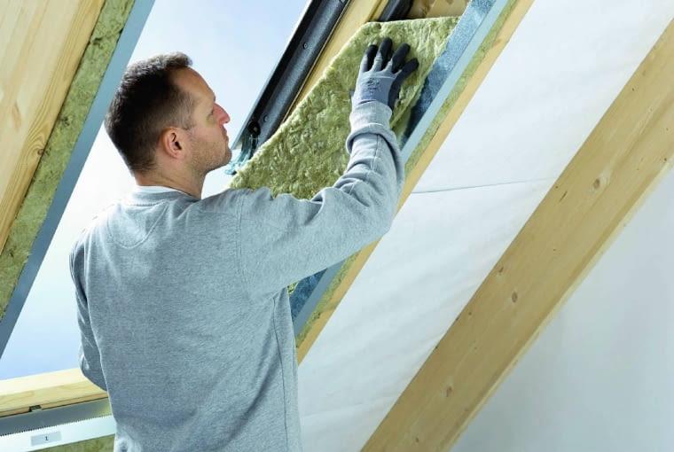 Do estetycznego ciepłego wykończenia wnęki producenci oferują produkty systemowe, takie jak stalowy stelaż lub gotowa wnęka okienna (szpaleta)