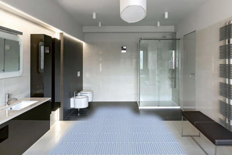 W łazience, o ile ogrzewanie podłogowe nie jest jedynym źródłem ciepła, korzysta się z niego tylko kilka godzin dziennie