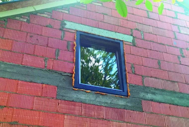 Z zewnątrz wydaje się, że okno jest właściwie wstawione w otwór okienny