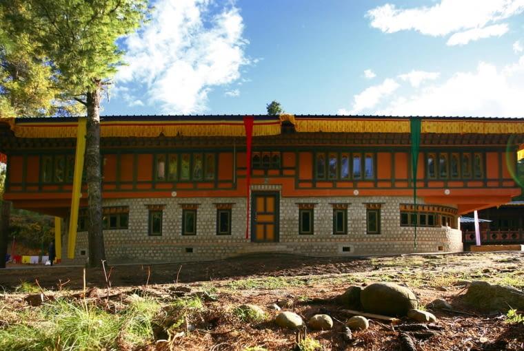 Centrum Szczęścia, Bumthang, Bhutan, proj. 1 1>2 Architects, nominacja w kategorii budynki zrealizowane, budynki społeczne. Czy istnieje kraj, w którym przy mierzeniu dobrobytu nie posługuje się wskaźnikiem PKB, tylko wskaźnikiem zadowolenia obywateli? Tak, to Bhutan. W tą filozofię wpisuje się zrealizowane w Bumthangu Centrum Szczęścia - budynek otwarty dla wszystkich, w którym można podzielić się swoim doświadczeniem oraz zgłębić tajniki medytacji i nauczyć się szczęścia.
