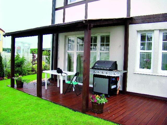Jeśli projekt domu nie przewidywał zadaszenia tarasu, może ono być dostawioną do budynku konstrukcją z drewnianych elementów