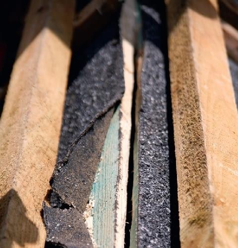 Krok 1. Papę ułożoną na deskowaniu nacina się wzdłuż kalenicy. W ten sposób powstaje szczelina umożliwiająca przepływ powietrza spod poszycia.