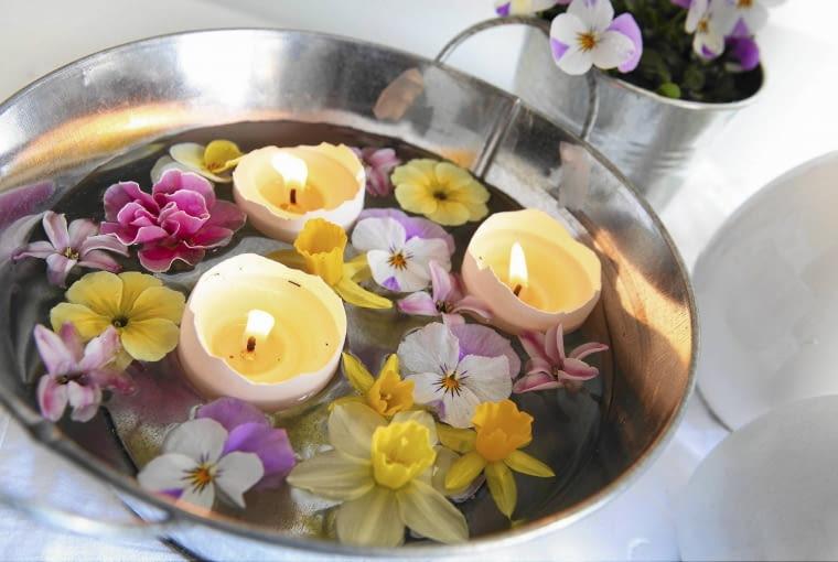 Leer Eierschalen vom Sonntagsfr´hst´ck mit Teelichtdochten best´cken und mit Kerzenwachs ausgie?en (beides im Bastelbedarf erh ltlich) hier schwimmen sie in einer kleinen Zinkwanne mit Hornveilchenbl´ten, Primel, Narzissenbl´ten und Hyazinthenbl´ten SLOWA KLUCZOWE: April Blumen Bl´ten Dekoration Eierschalen Fr´hling Hornveilchenbl´ten Hyazinthenbl´ten Kerzen Kerzenschein Kreativ M rz Narzissenbl´ten Osterdekoration Ostern Primel Querformat Schwimmkerzen Selbermachen Studioaufnahme Teelichte Tischdekoration Wasser Zinkwanne bunt innen schwimmen ^sterlich
