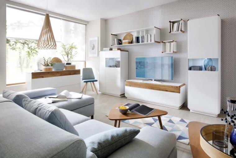 Białe fronty i naturalne drewno. Dzięki takiemu połączeniu nawet nowoczesne wnętrze staje się przytulne. Na zdjęciu meble z kolekcji Elis.