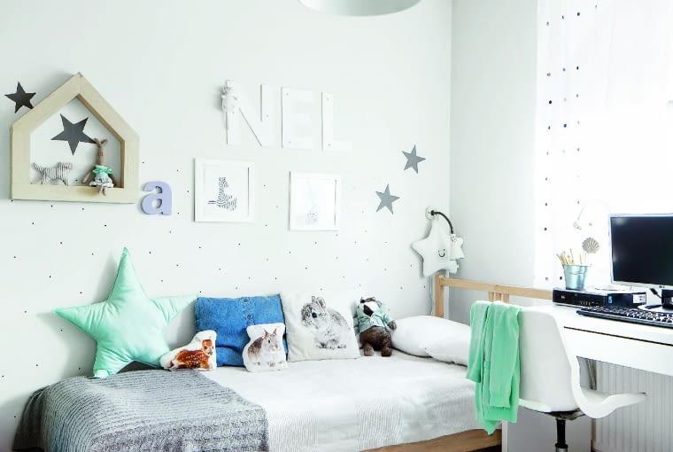 """Dyskretna """"lamperia"""" przy łóżku - biała tapeta w delikatne kropki jest prawie niewidoczna, ale dobrze chroni ścianę przed zabrudzeniem."""