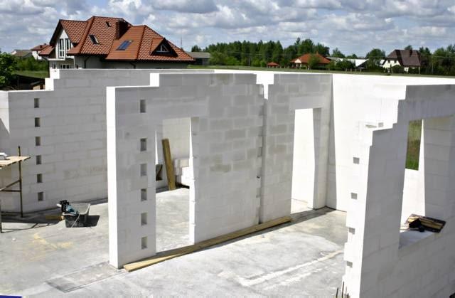 Wielkości otworów okiennych i drzwiowych oraz wysokość, na jakiej zrobi się nadproża, muszą być dokładnie sprawdzone