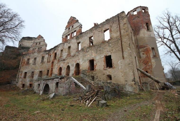 Renesansowy 'zamek dolny' Niesytno w Płoninie spłonął dopiero w latach 90-tych XX w. Obecnie trwa jego odbudowa pod czujnym okiem konserwatorów. fot. niesytno.pl