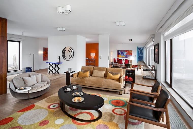 Fotele Ritzwell sprowadzono z Japonii. Kanapa, stolik w kształcie nerki, ażurowa konsola i dywan pochodzą z paryskiego showroomu Alberto Pinto. Lustro zaprojektował Bruno Moinard. Owalne siedzisko Lacoon sygnuje marka Désirée, niewielką białą lampę Turner firmuje Delightful.
