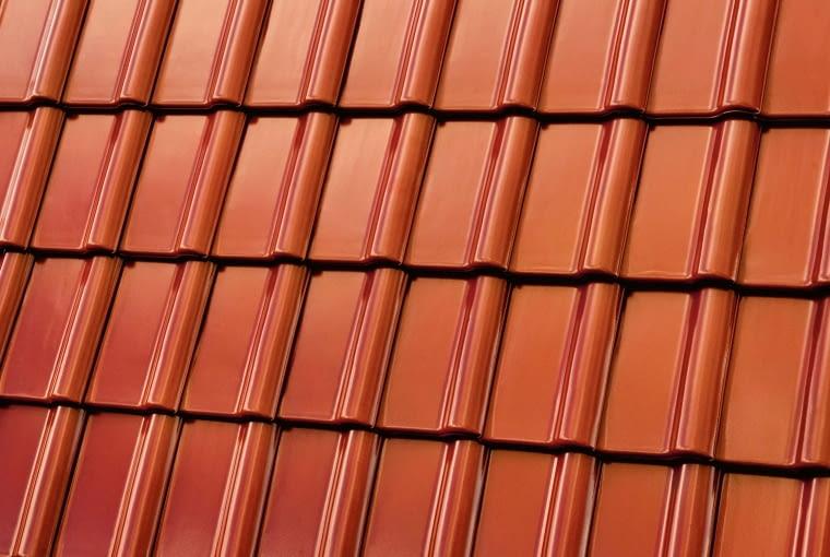 Piemont/RÖBEN | Rodzaj: dachówka ceramiczna | wymiary: ok. 47,2 x ok. 29 cm | kolor: kasztanowy; | wykończenie: angobowana. Cena: 3,85 zł/szt.; 41,96 zł/m2, www.roben.pl