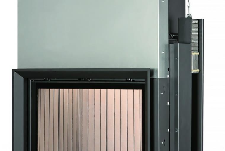 Kamin - Kessel 62/76/BRUNNER | Wymiary (wys./szer./gł.): 1492 x 1065 x 670 mm | ciepło użytkowe z załadunku 3-8 kg drewna - 10-27 kWh | palenisko wykonane ze stali, szyba witroceramiczna, szamot naturalny | w opcji sterowanie procesem spalania i pompą obiegową. Cena (netto): ok. 22 663 zł, www.brunner.pl