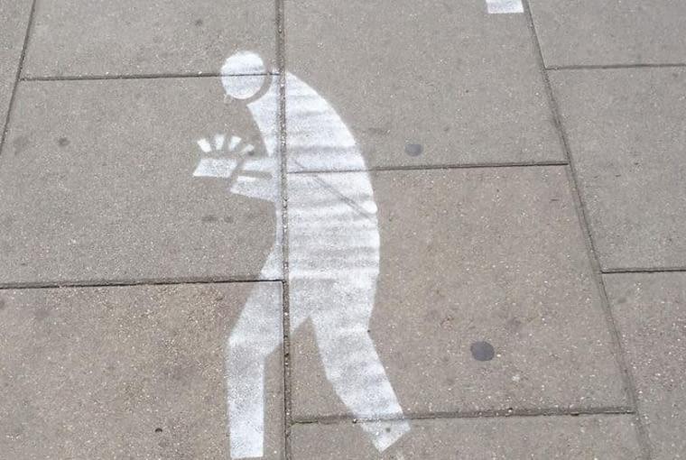 Ścieżka dla użytkowników smartfonów przy ul. Nowowiejskiej w Warszawie.