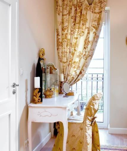 Dwa mebelki i kilka drobiazgów z dawnych lat to za mało, by zmienić współczesne wnętrze w buduar XVIII-wiecznej damy. Ale gdy w oknie zawiesimy jeszcze zasłony w starym stylu, z pewnością poczujemy się jak w innym świecie. <BR />DEKORACJE OKIEN - ROMANTYCZNA SYPIALNIA. Przy drzwiach balkonowych w sypialni właścicielka urządziła swój kącik. Niegdysiejszą atmosferę tworzą w nim przede wszystkim tkaniny - zasłona i dopasowany do niej pokrowiec na krzesło (nawiasem mówiąc, całkowicie zmienił on charakter tego nowoczesnego mebla).