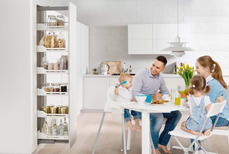 Dobrze urządzona i wyposażona kuchnia pomoże zaoszczędzić czas, który wykorzystamy na dłuższy rodzinny posiłek.