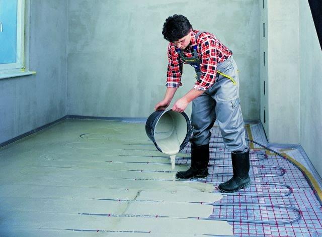 Jeżeli w pomieszczeniu jest ogrzewanie podłogowe, masę zwykle wylewa się w dwóch warstwach; pierwsza powinna ledwo zakrywać przewody