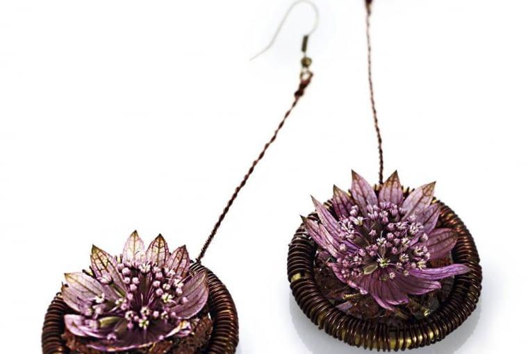 Mosiężne kółka od karnisza owinięto starannie brązowym drucikiem. Na środku przyklejono suche listki oraz kwiaty jarzmianki.