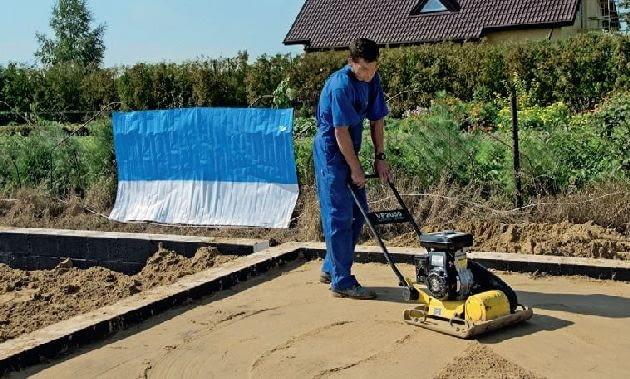 Następnie dokładnie się ją zagęszcza; jeśli ma być wykonana podsypka, nawozi się piasek i ubija go warstwami