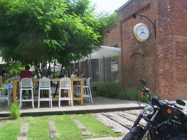 Ogródek restauracyjny w cieniu robinii.
