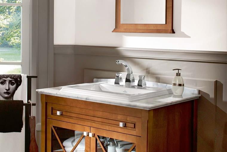 Kolonialne klimaty. Szafka z ciemnego, egzotycznego drewna, biała ceramika, marmurowe blaty - to przepis na łazienkę w stylu kolonialnym. Na zdjęciu mebel z kolekcji Hommage, Villeroy & Boch, villeroy-boch.pl.