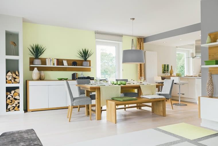 Szare wnętrza rozświetli ściana pomalowana na słoneczny kolor, a ciepła doda naturalne drewno.