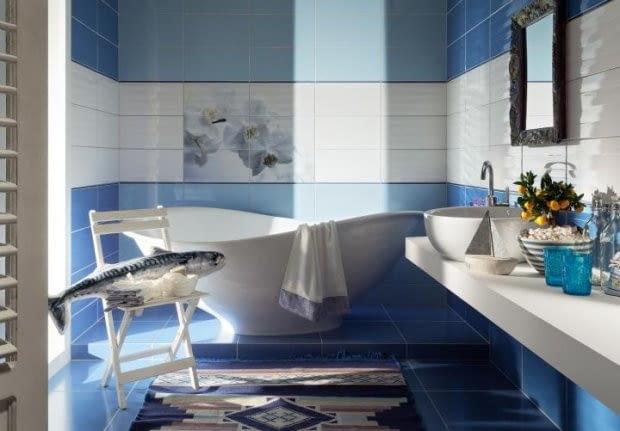 Biało-błękitna łazienka.