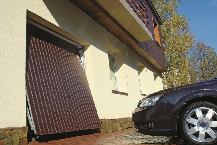 Podczas otwierania bramy uchylnej, skrzydło wysuwa się do przodu - trzeba więc zachować bezpieczny odstęp między garażem a samochodem.