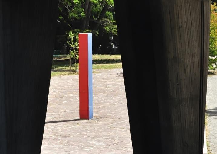 "Jednostka Marsylska, proj. Le Corbusier - widok na ""stelę miar"""