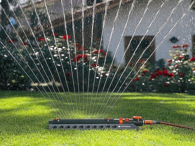 Do trawników najlepiej nadają się takie wahadłowe zraszacze produkowane w różnych wielkościach