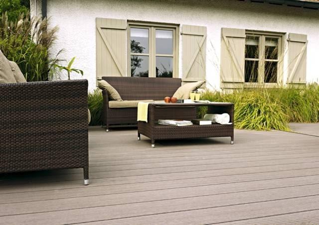 Idealne na taras ryflowane deski Twinson Terrace. To wyjątkowe połączenie drewna i PCV. Są trwałe i całkowicie odporne na szkodliwe warunki atmosferyczne, a na dodatek można je poddać recyklingowi
