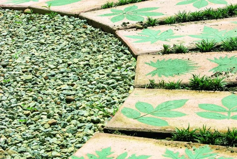 Stylowa nawierzchnia z betonowych płyt z wizerunkami liści - aż szkoda je deptać.