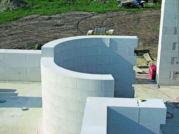 Ściany z betonu komórkowego nie są ciężkie; będą miały lepszą izolacyjność akustyczną, gdy zostaną pokryte tynkiem cementowo-wapiennym